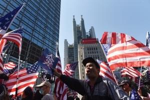 米国の香港人権法成立に感謝を示す香港のデモ